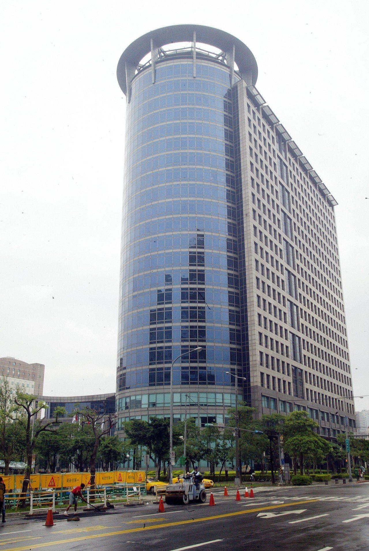 台灣中油表示,熄燈一小時活動已進行多年,今年援例與信義商圈各大企業、金融大樓、知...