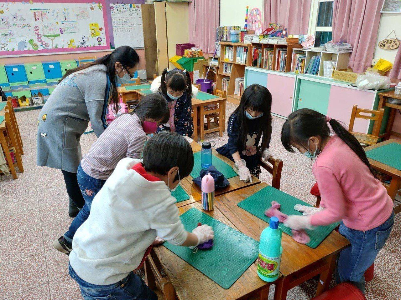 台中市衛生局在梨山國中小環境消毒,使用稀釋漂白水1000至2000ppm消毒教室...