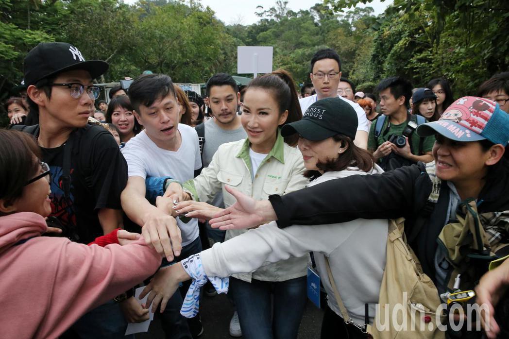 CoCo李玟(中)擔任一日動物保育員,不少熱情粉絲上前想跟她握手。記者鄭清元/攝...