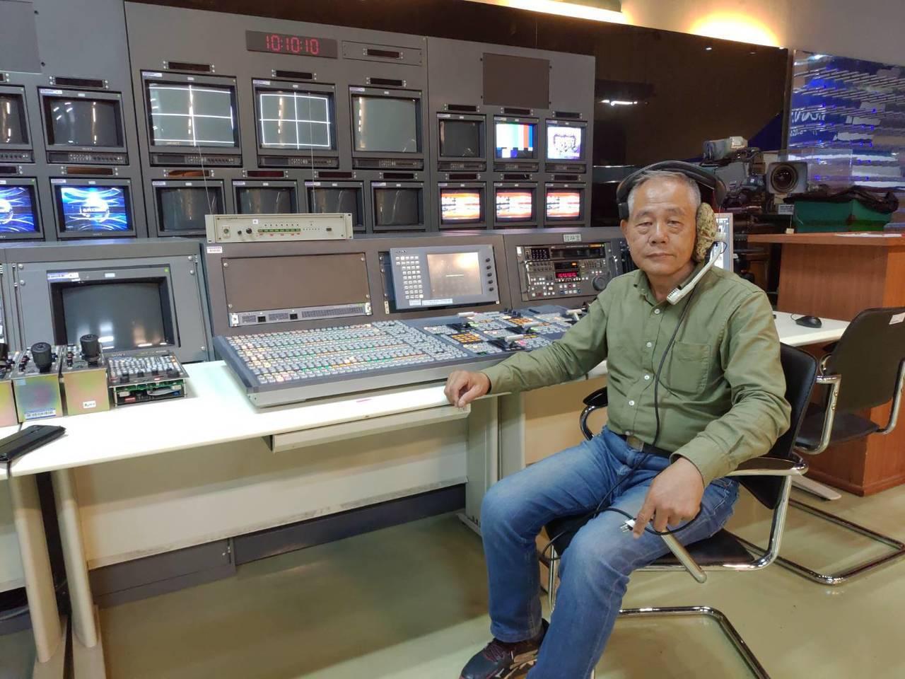 導演胡清棋介紹這套電視台專業級副控室設備。圖/科工館提供