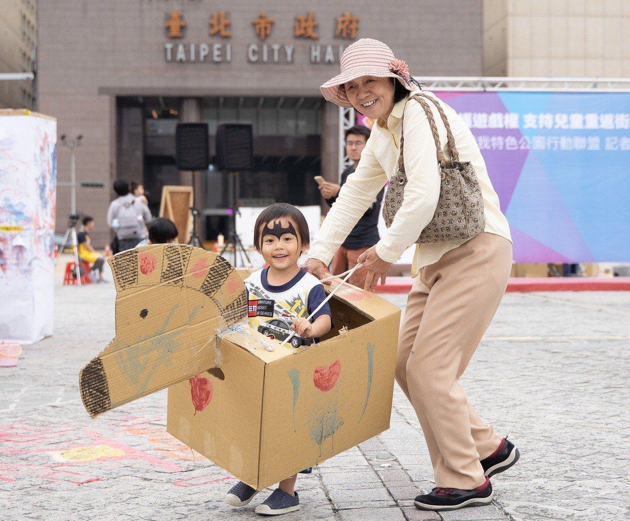 阿嬤和孫子騎紙箱馬車。圖/還我特色公園行動聯盟提供