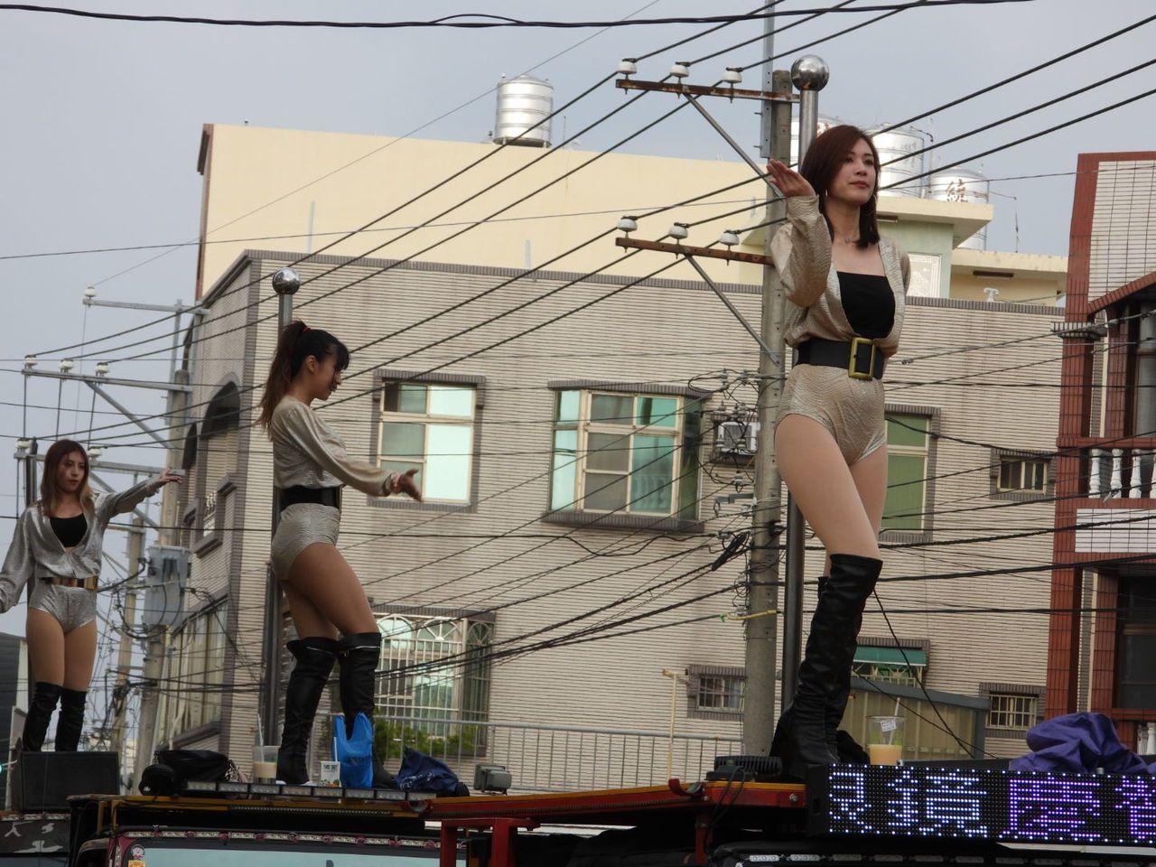 少女在鋼管吉普車上熱舞,吸引許多目光。記者周宗禎/攝影