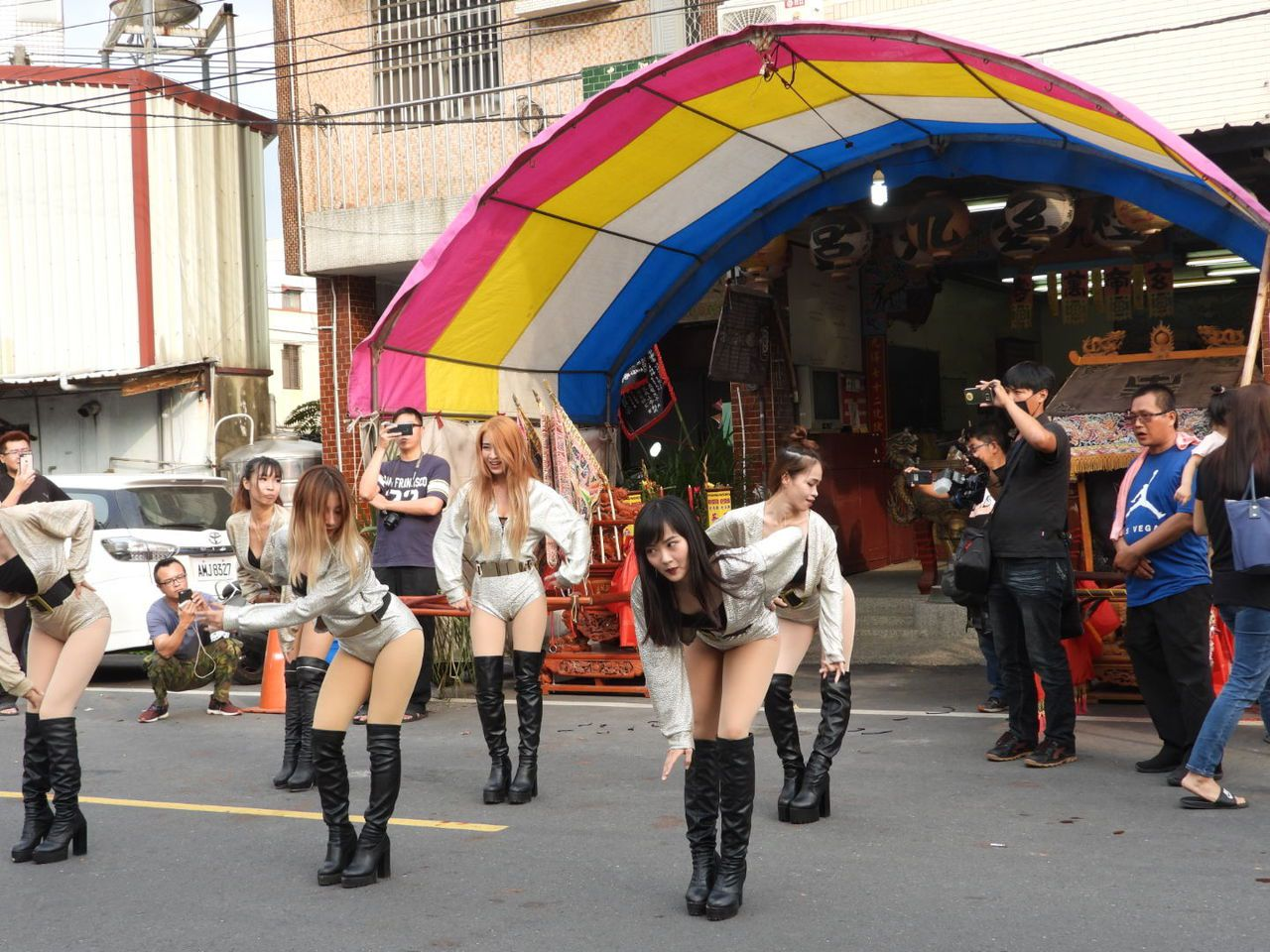 少女在宮廟前熱舞,吸引許多目光。記者周宗禎攝影
