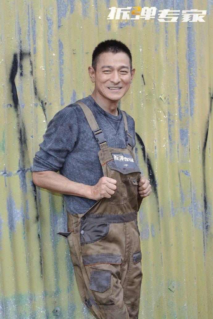 劉德華主演新片「拆彈專家2」,在香港廟街開工,封街時多達百人圍觀。圖/摘自微博
