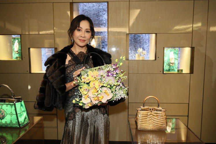 劉嘉玲與她親自設計的Peekaboo立體皮革花卉包款。圖/FENDI提供
