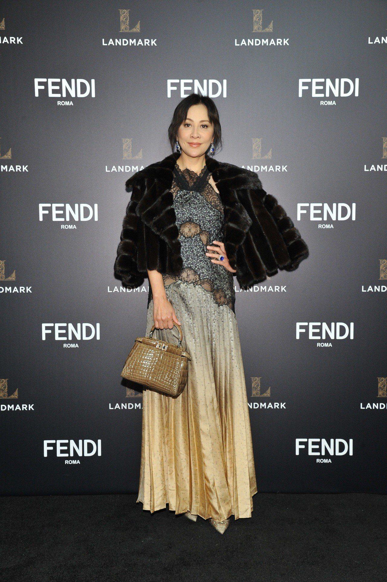 劉嘉玲以皮草配襯鏤空禮服,性感華麗,遠拍、近看都美得自體發光。圖/FENDI提供