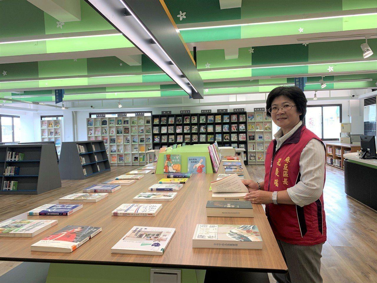 台南市麻豆區圖書館新書展示區。記者吳淑玲/攝影