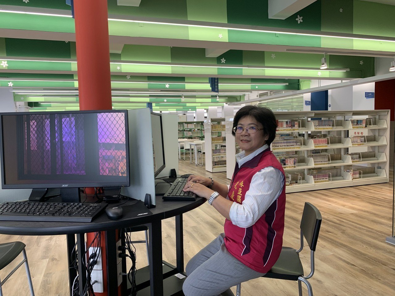 台南市麻豆區圖書館四樓青少年區有電腦等多媒體設備。記者吳淑玲/攝影