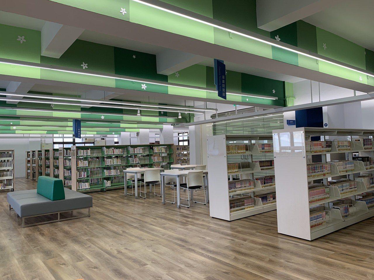 台南市麻豆區圖書館書架區將櫃子從六層改為四層,空間通亮也方便取書。記者吳淑玲/攝...