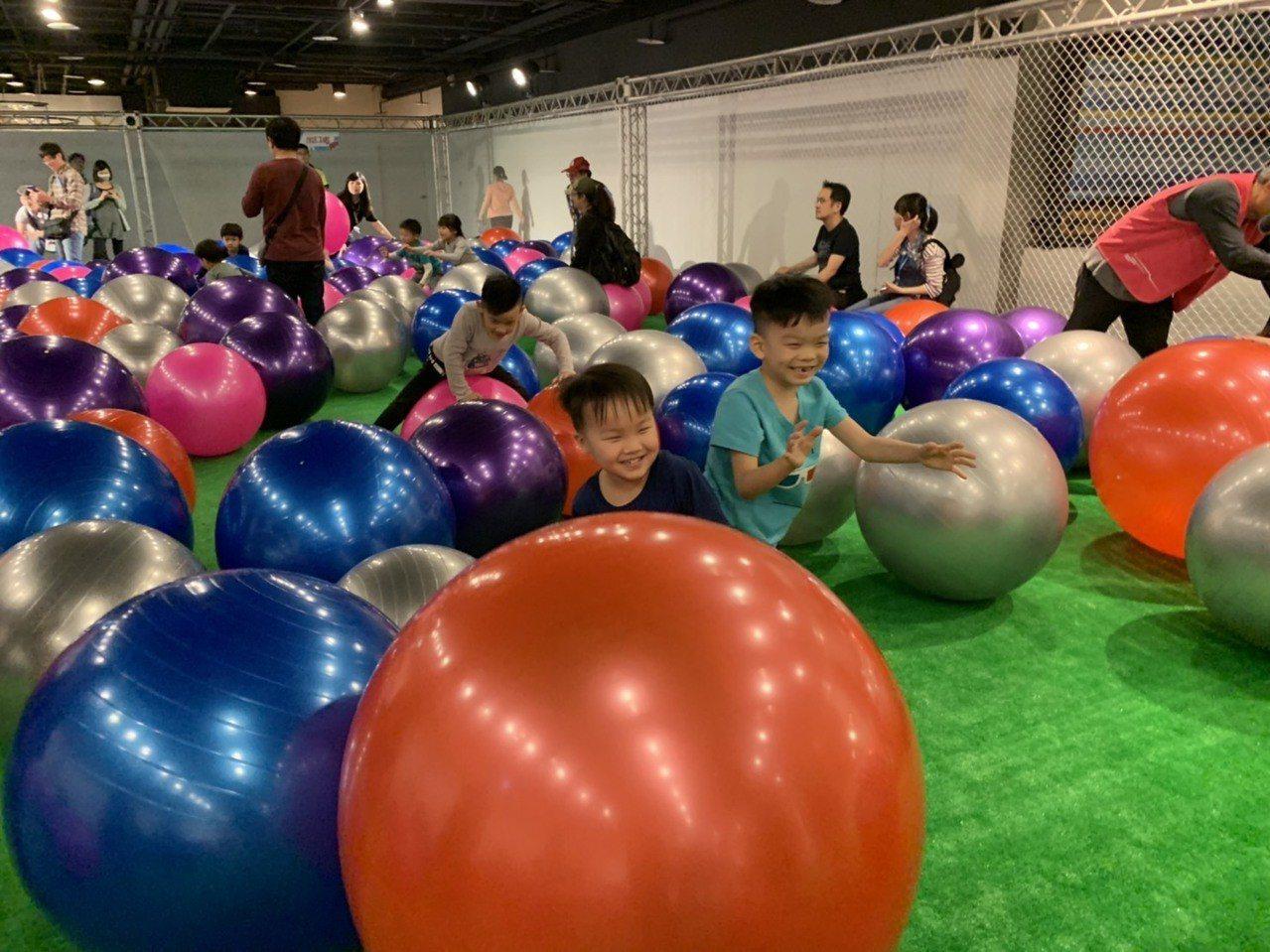 風的運動場室內區「彈力碰碰球」,讓孩子享受在球中世界。記者郭宣彣/攝影
