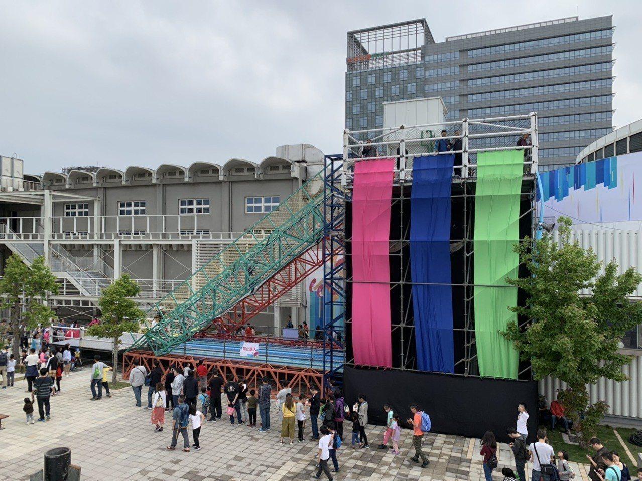新竹市政府辦「風的運動場」,打造戶外巨型遊具「漫步雲端」,挑戰攀爬力。記者郭宣彣...