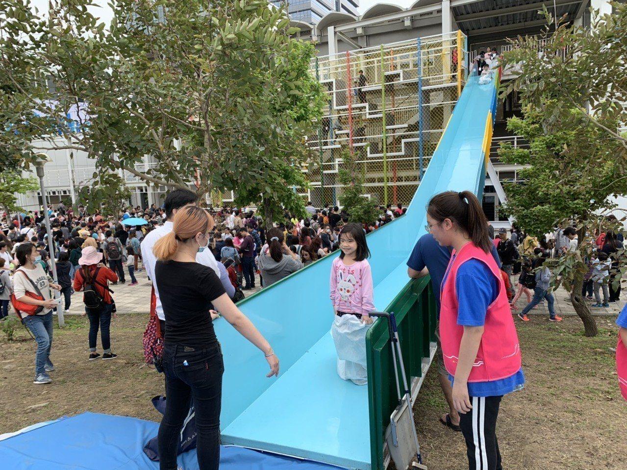 風的運動場中,戶外巨型遊具「神奇階梯」,讓孩子爬至10公尺高,再透過溜滑梯溜下,...