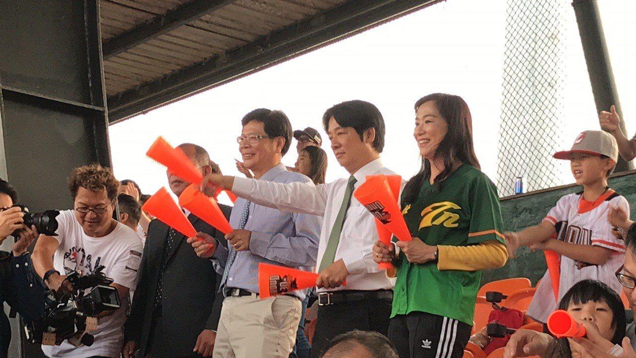 行政院前院長賴清德今天傍晚到台南市立棒球場替統一獅加油,許多球迷找他簽名合照。記...