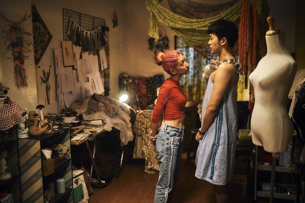 顏毓麟(右)在「青春魯蛇物語」戲中穿女裝,當陳妤的人體模特兒。圖/華視提供