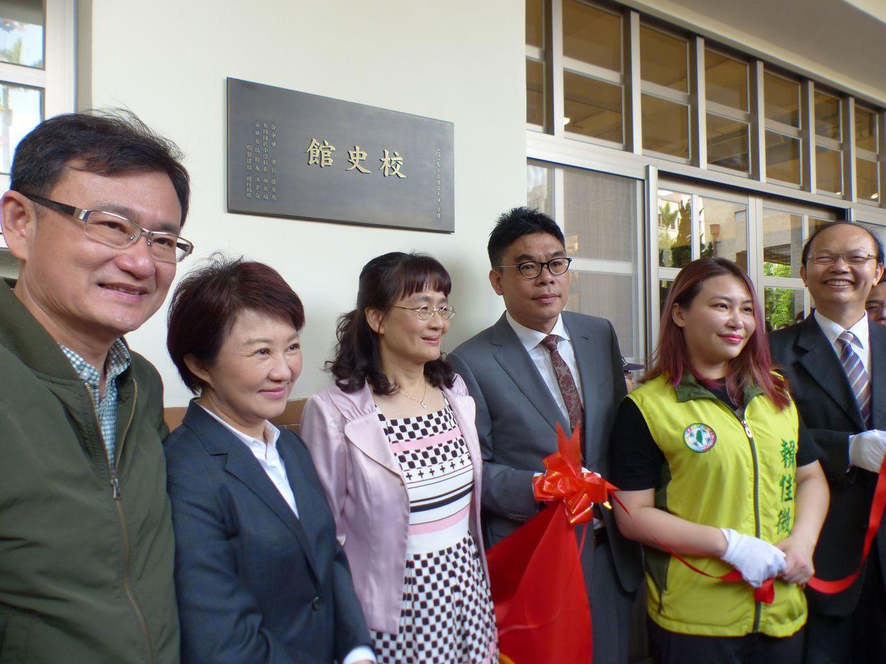 台中市長盧秀燕(左二)今參加台中市西區大同國小120周年校慶,並且為校史館揭幕。...