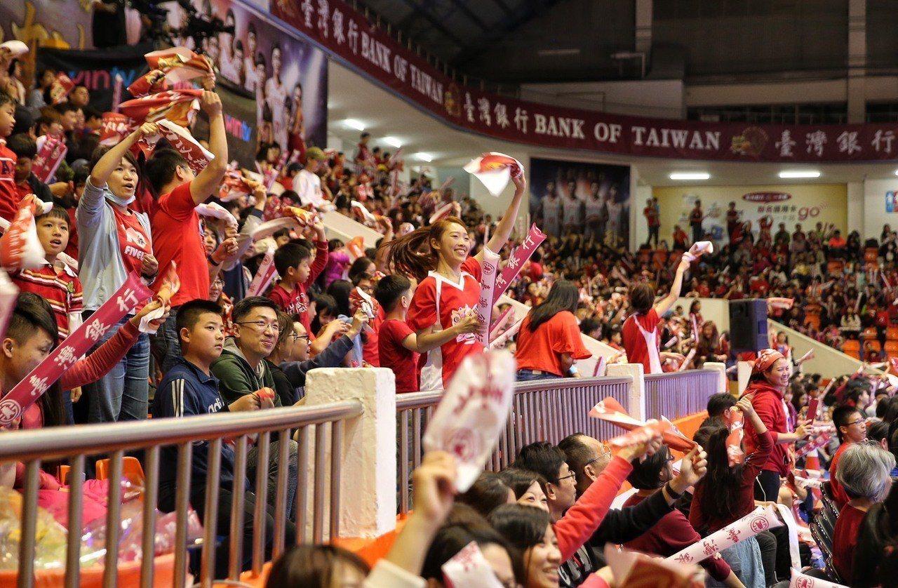 台銀第二場主場日吸引滿場球迷到場。記者王騰毅/攝影