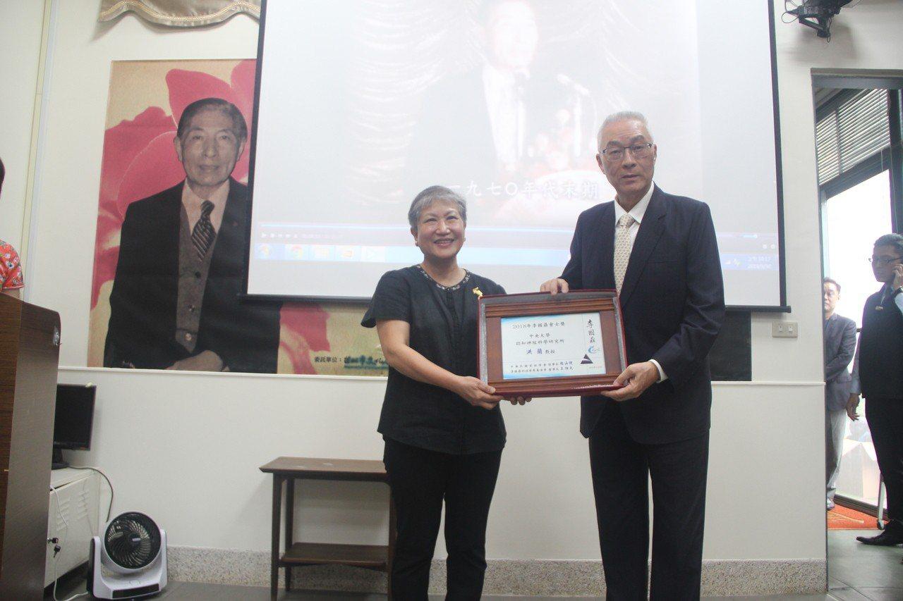 中央大學教授洪蘭(左)獲頒首屆李國鼎會士獎,由前副總統吳敦義頒獎。圖/中華民國資...
