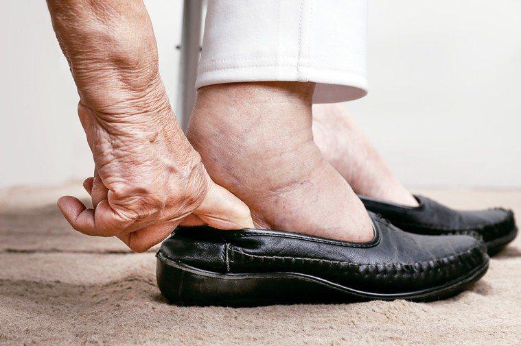 隨著年紀增大,有些人會發現,鞋子愈穿愈緊,一量之下才發現鞋子竟然比年輕時大了一、...