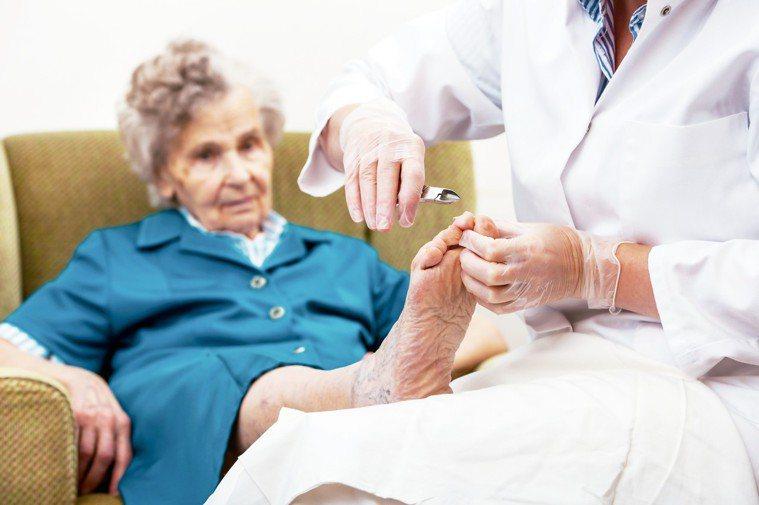 隨著年紀增加,腳趾甲生長速度也會趨於緩慢,指甲可能出現增厚狀況,加上長者骨骼改變...