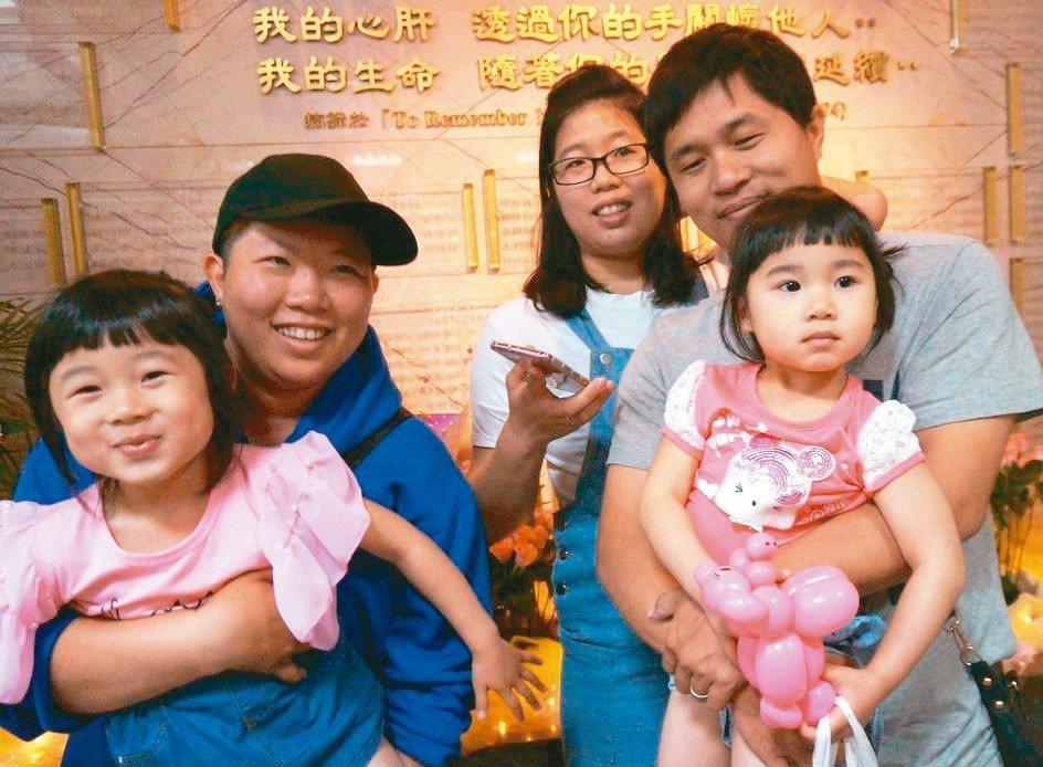 器捐者李美慧的女兒林鷹君(左二)與林艷君(中)帶著小孩來追思李美慧。 記者趙容萱...