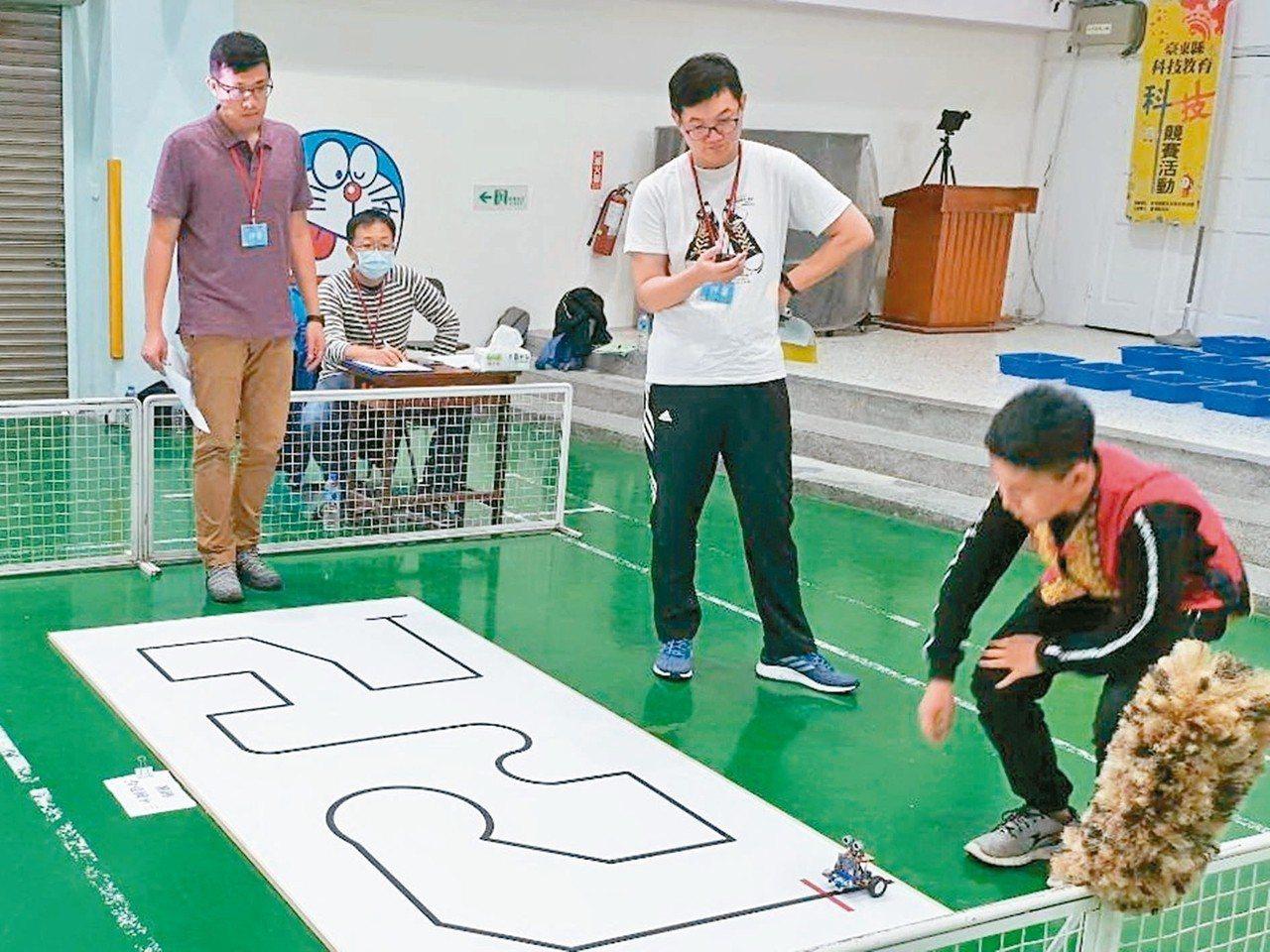 台東縣昨天首辦中小學學生自走車循跡競速賽、自走車迷宮競速賽及科技創新應用賽,學生...