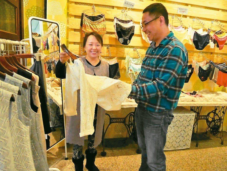 張宮本(右)與妻子陳秉育聯手打造台灣內著品牌「樂芙莉」,盼以平價、高質感內著開拓...