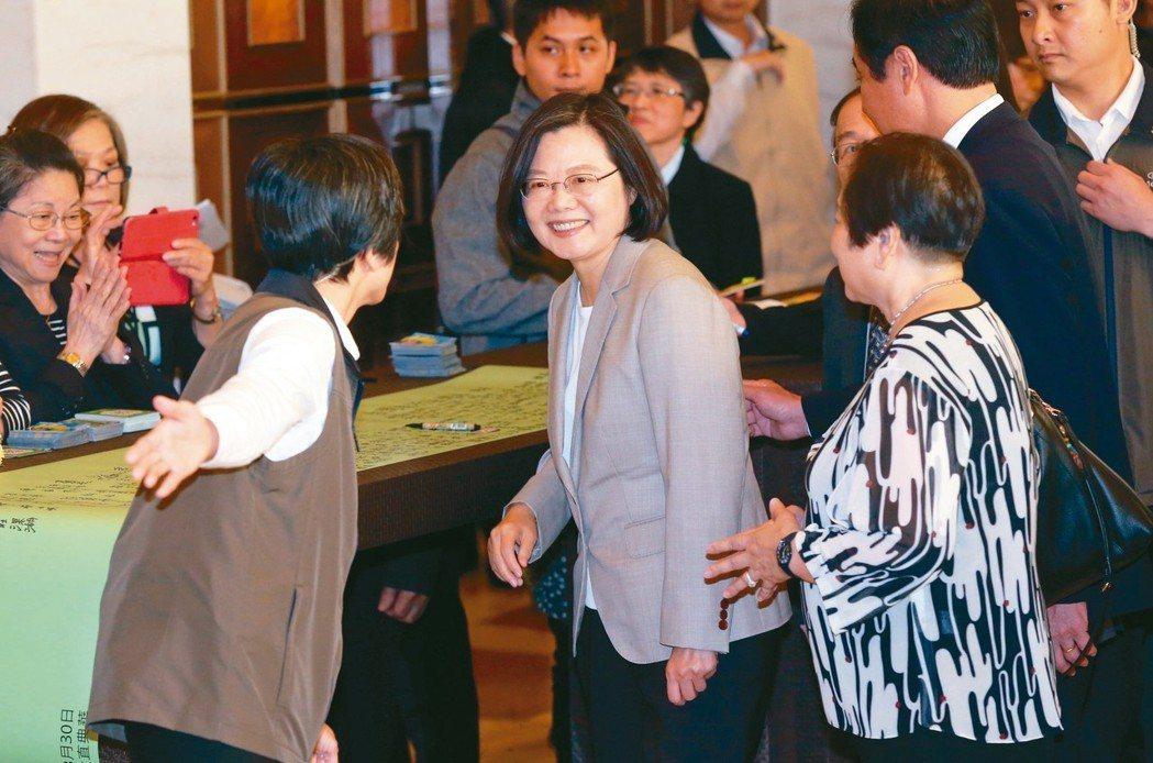 蔡英文總統(前中)昨天出席「台灣關係法40周年暨台灣旅行法一周年」慶祝餐會,對於...