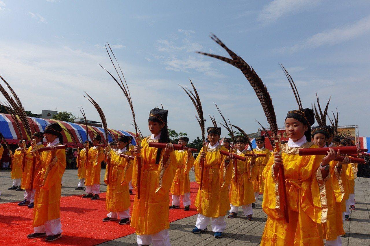 舊城國小學生演出八佾舞。記者劉星君/攝影