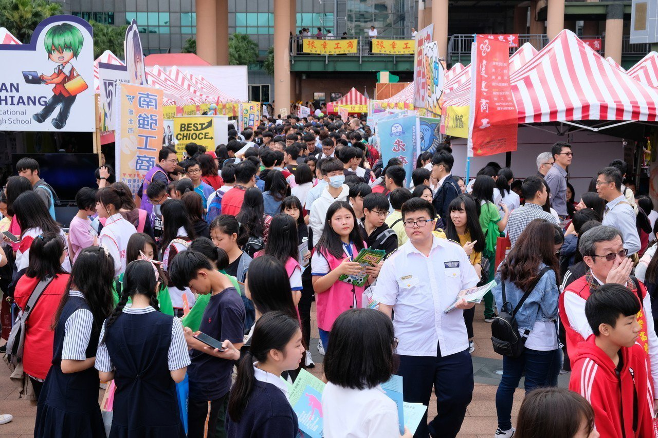 新北市高中職博覽會共有75所學校展現其特色課程,市民廣場上擠滿了人。記者張曼蘋/...