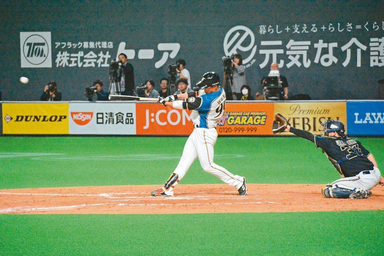 日本火腿開幕系列賽第二戰,王柏融面對歐力士中繼投手澤田圭佑,敲出旅日首安。 特派...