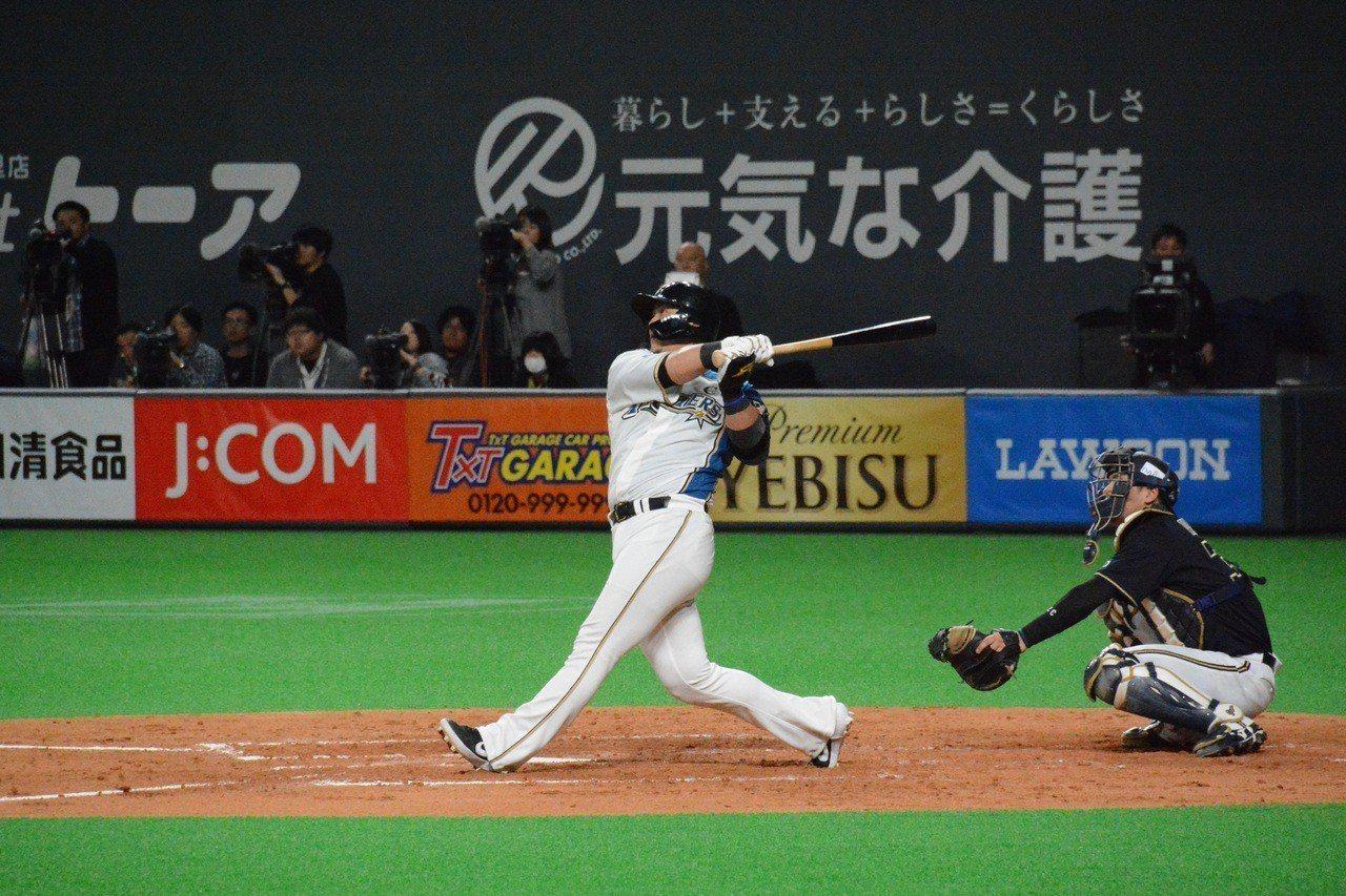 火腿隊主砲中田翔包辦全隊四分打點,逼平歐力士隊。 特派記者蘇志畬/攝影