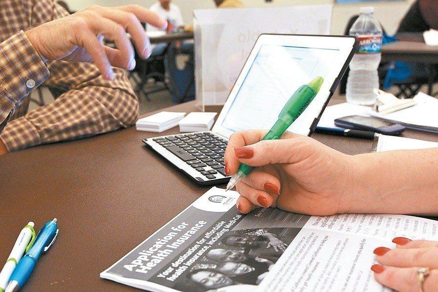 亞太防制洗錢組織評鑑團評鑑結果將在八月出爐。圖為壽險業者正在確認客戶身分資料。圖...