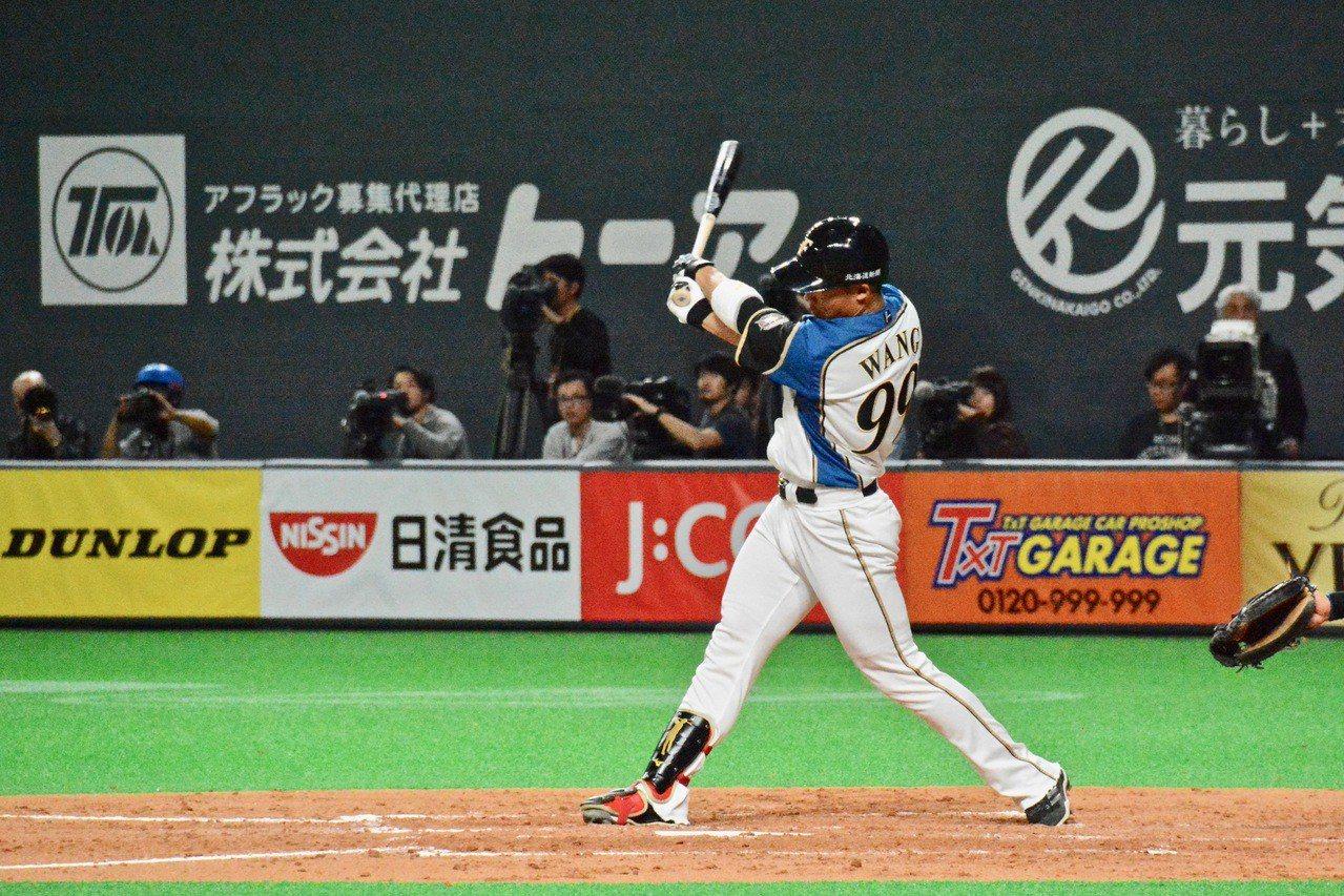 火腿隊開幕系列賽第三戰,「大王」王柏融擔任先發第五棒、左外野手,敲回生涯首打點。...
