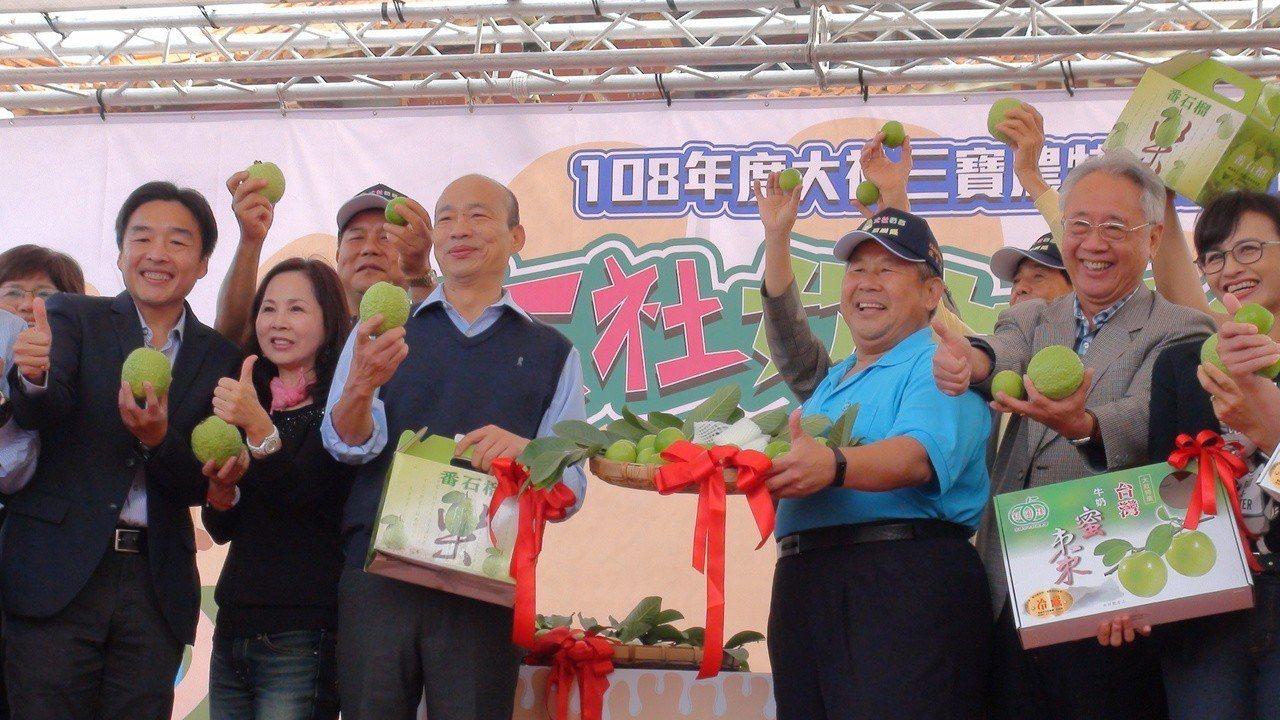 高雄市長韓國瑜日前到大社促銷蜜棗、芭樂。報系資料照/記者謝梅芬攝影