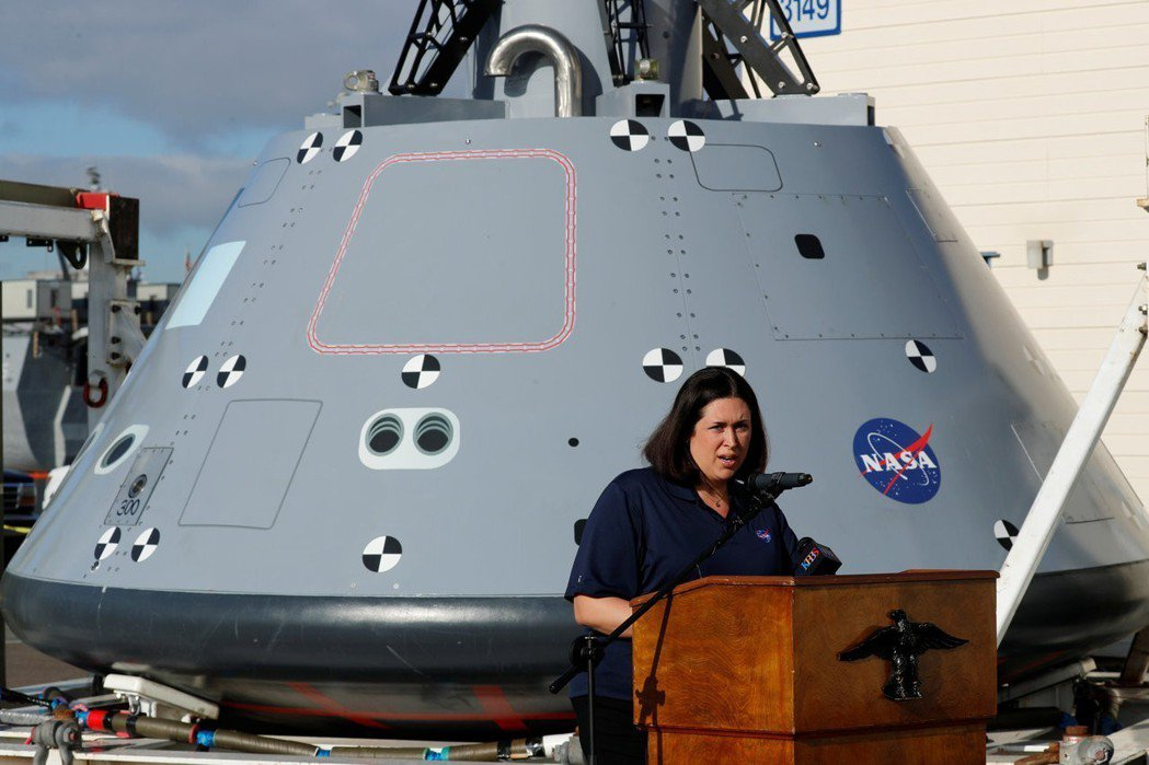 太空總署官員梅麗莎.瓊斯去年在加州聖地牙哥說明獵戶座太空船(後)研發測試進度。 ...