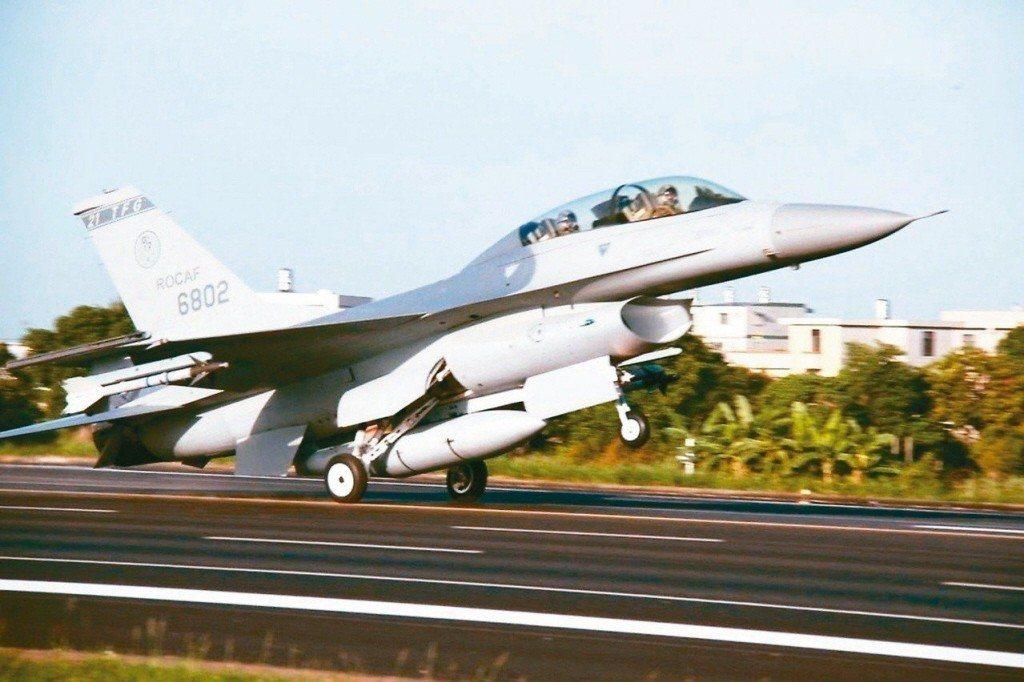 F-16V戰機軍購案,可能被有心人士從國安議題轉化為台獨議題。圖為國軍F-16戰...