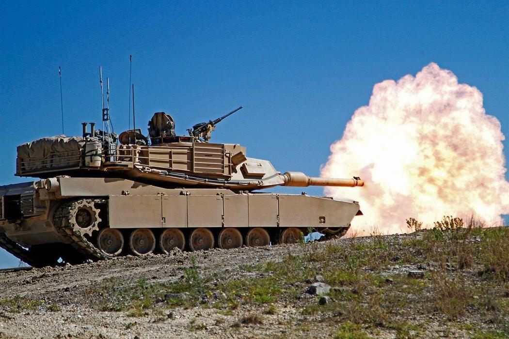M1A2戰車發射120公釐主砲。圖/美國陸軍檔案照