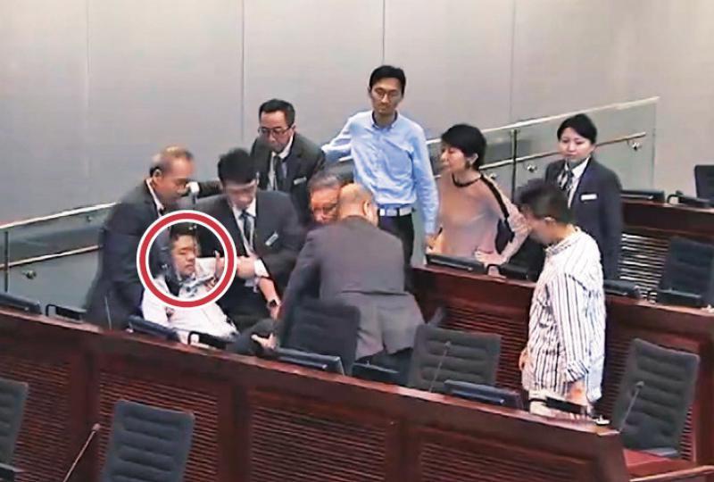 審國歌法建制阻發言,許智峯被抬離場。 世界日報記者高雪景/翻攝