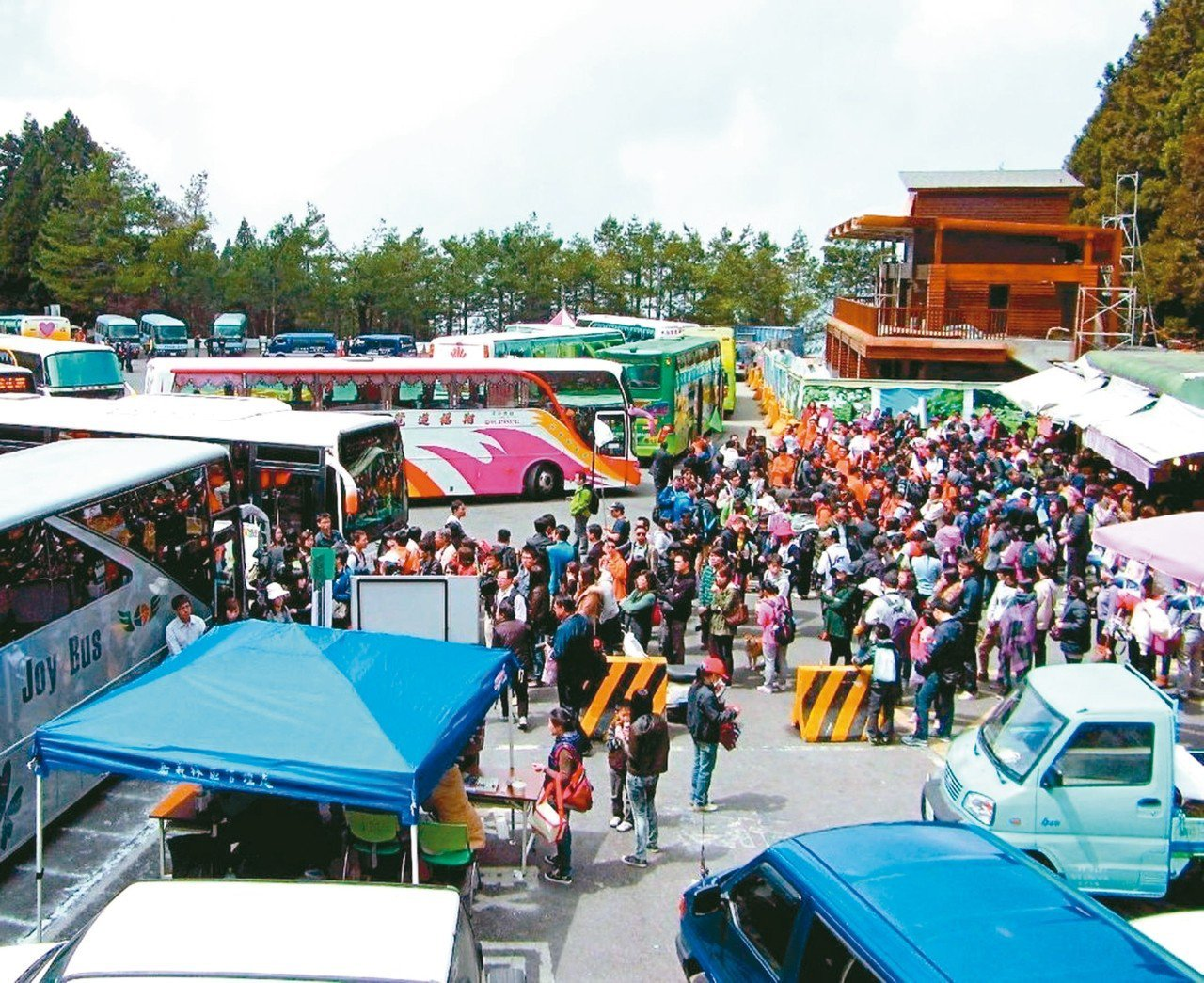 旅行業者表示,春遊補助打亂旅遊市場,最近遊覽車供不應求。 圖/聯合報系資料照片