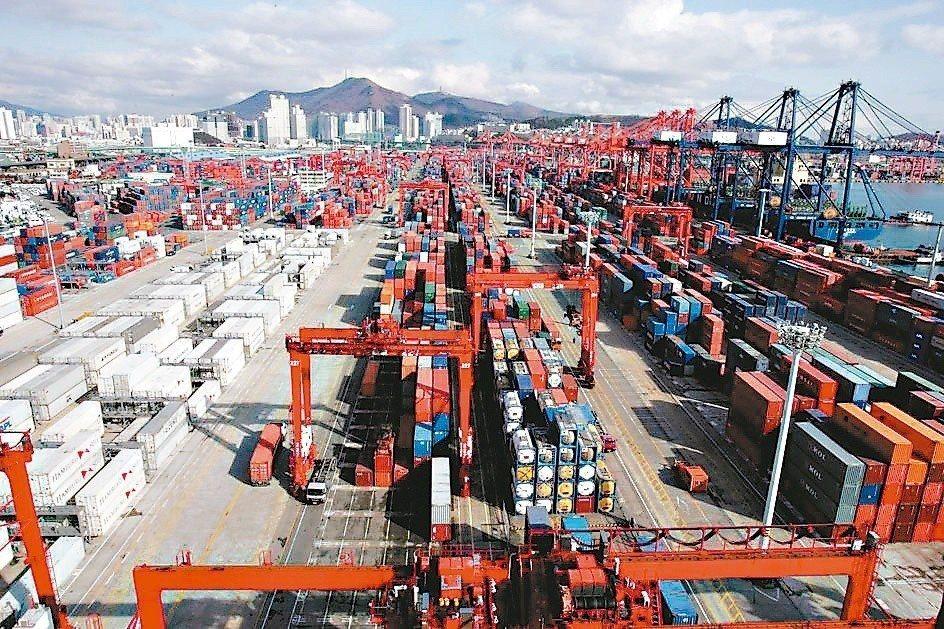 中美貿易戰暫時休兵,全球貿易及製造業活動降溫,國際機構普遍下修今年全球經濟成長預...