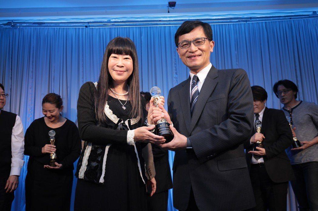 酷奇思數位園總經理劉淑芬(左)代表受獎。