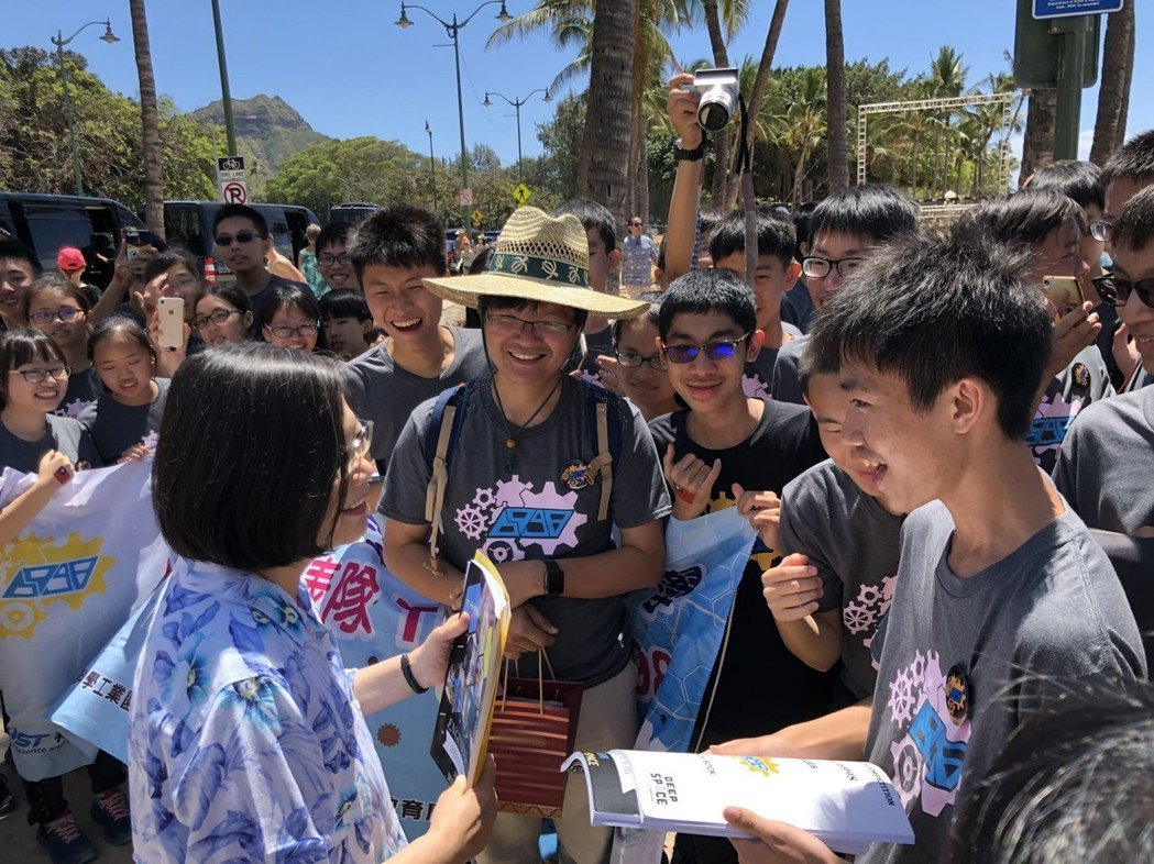 總統蔡英文一到現場即受到同學們的熱烈歡迎. 南科/提供