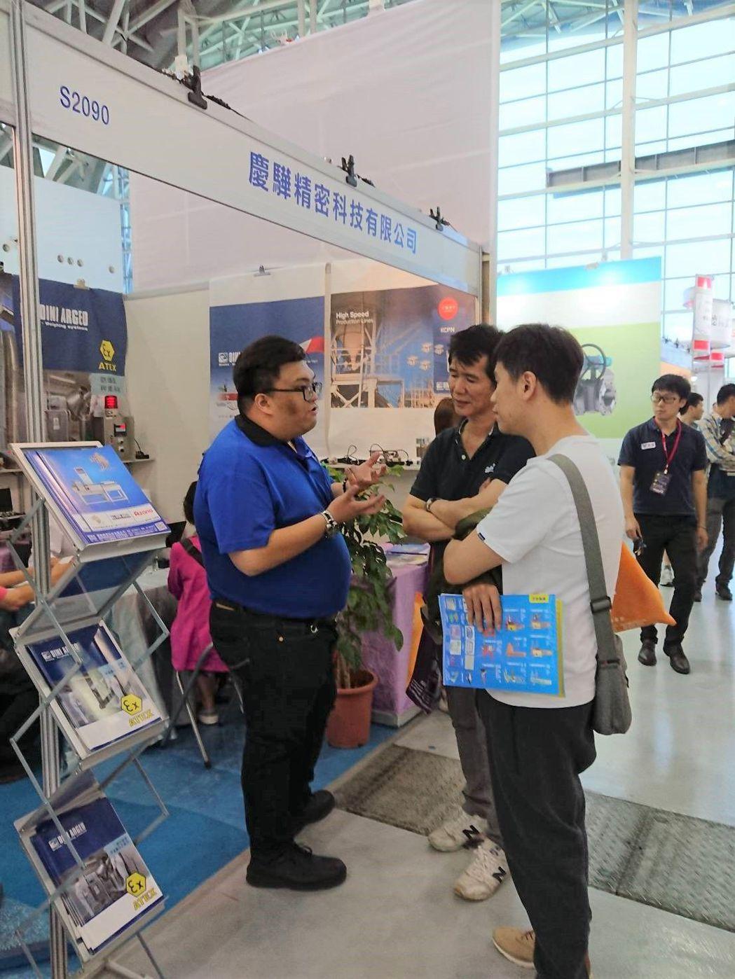 慶驊精密業務副理張銘哲(左,著藍色衣服)說,在兩展的聯展效益下,今年有效客戶與潛...