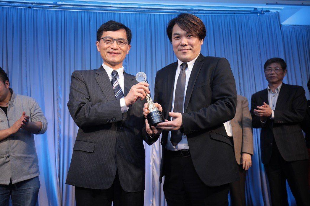 移動商務執行長王天明(右)代表受獎。