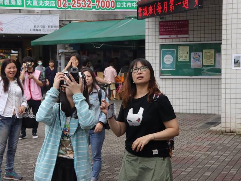 縱使天氣陰暗,學員們仍高興地拿著相機到處拍照。(photo by 賽珍珠基金會)