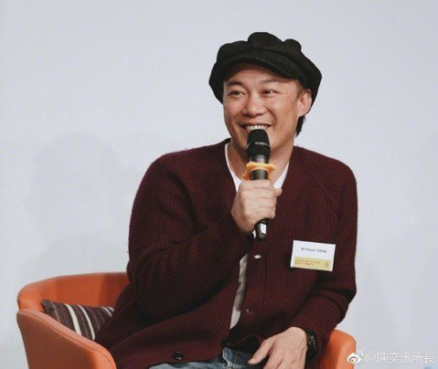陳奕迅去年發行新專輯「L.O.V.E.」,在各校園舉辦「L.O.V.E. in F.R.A.M.E.S.大專巡迴分享會」,不過28日在香港某一場大學演講卻發生台下學生卻只顧滑手機、想著跟明星合照,讓...