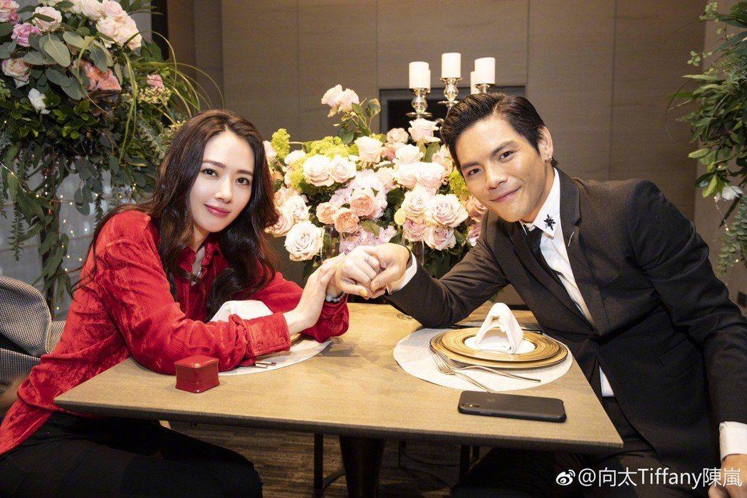 向佐(右)日前和郭碧婷求婚成功。圖/摘自微博