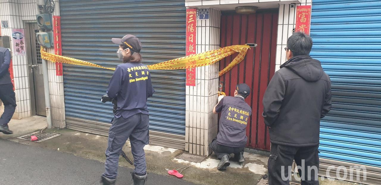 台中民宅火警,2死3傷,火災調查人員到場採證。記者游振昇/攝影