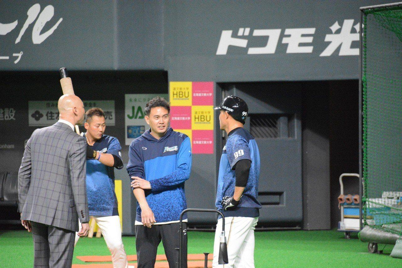 火腿隊的退役球星森本稀哲,透過翻譯跟王柏融聊天。特派記者蘇志畬/日本札幌攝影