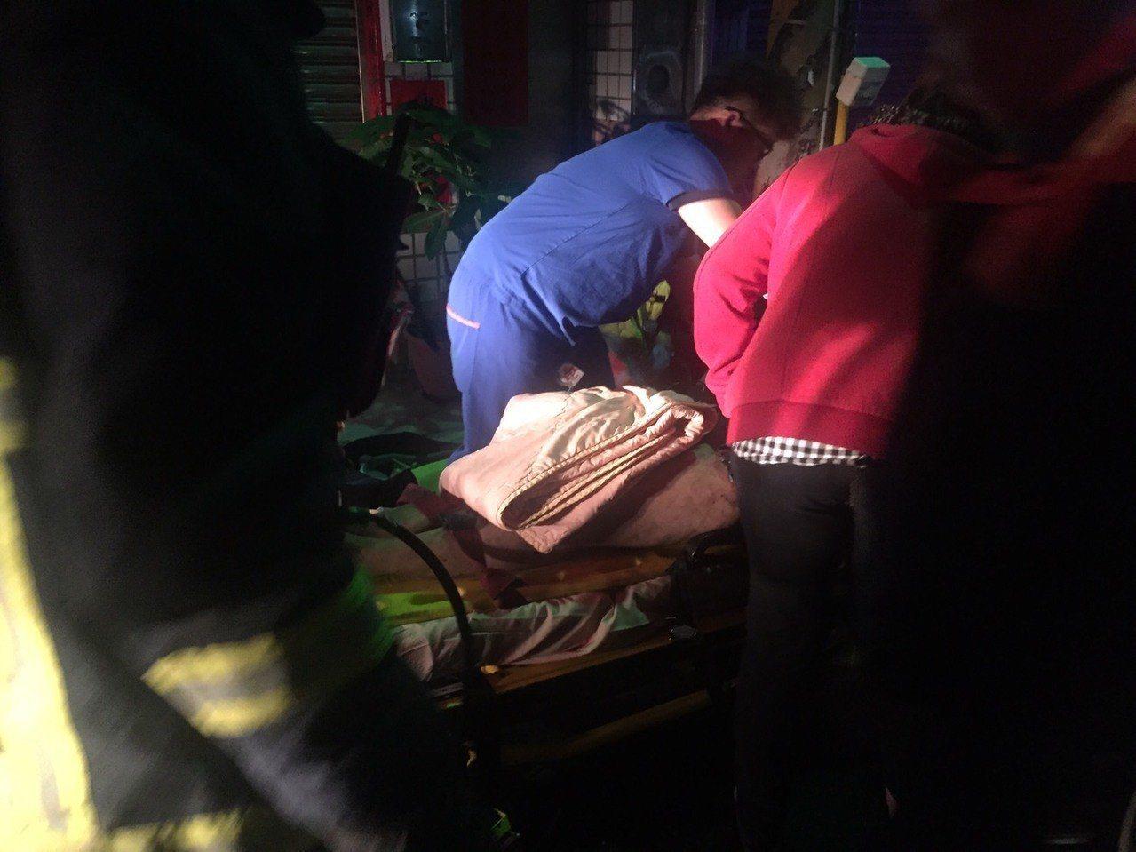 台中市清水區民宅今天凌晨火警,夫妻死亡 3名小孩急救。記者游振昇/翻攝